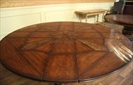 Round dining table sheen details